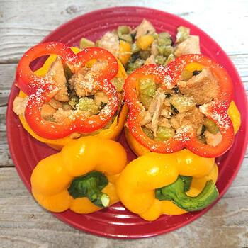 パプリカをトースターで焼き、その中に炒めた鶏肉やブロッコリーを詰めます。彩りも美しく、元気がもらえる一品です。