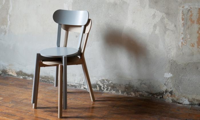 老舗家具メーカー「カリモク家具」が立ち上げたブランド「KARIMOKU NEW STANDARD」のダイニングチェア。国内の広葉樹を用いて作られた、Made in Japanのチェアです。