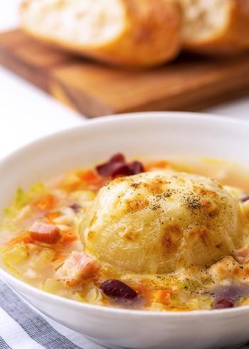 ドーンと玉ねぎがまるごと入ったインパクトのあるグラタン風スープ。玉ねぎがトロトロで、まるごとでもぺろりと食べられます。煮込んだあと、チーズをトッピングしてトースターでこんがり焼き色を付けるので、香ばしさも抜群!