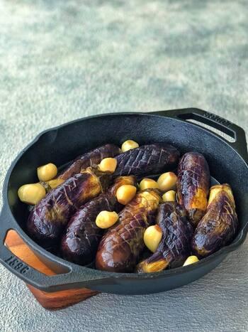 格子を入れたまるごとなすをガーリック入りの調味液で蒸し煮するだけ。おいしさもスタミナも満点。写真のようにスキレットなど使えば、そのままテーブルに出せておしゃれ。和風・洋風どちらにも使える料理ですね。