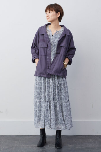 少しレトロな小花柄のワンピースには、あえてミリタリーテイストのシャツジャケットを。メンズライクなデザインが、ワンピースのかわいらしさを程よくカジュアルダウンしてくれます。