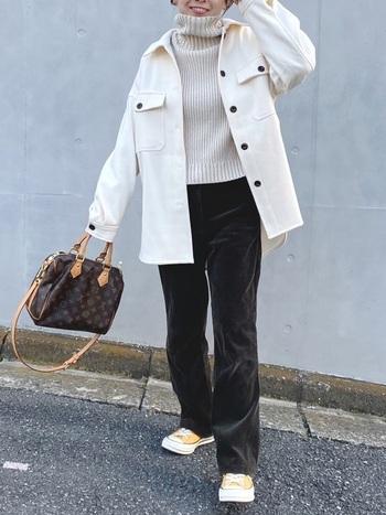 寒い季節にはボリュームニットと組み合わせたレイヤードスタイルがおすすめ◎ ルーズなシルエットのシャツジャケットの下なら重ねやすく、あたたかさもしっかりと!