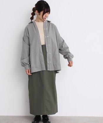 すとんとしたタイトロングスカートは、落ち着いた雰囲気を演出、全体をグレーでまとめることで、統一感のあるコーディネートに。