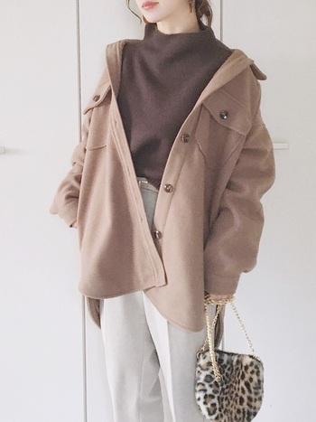 「シャツジャケット」をおしゃれに着る方法やバランスの取り方、そしてお手本にしたい素敵な冬コーデをご紹介します。