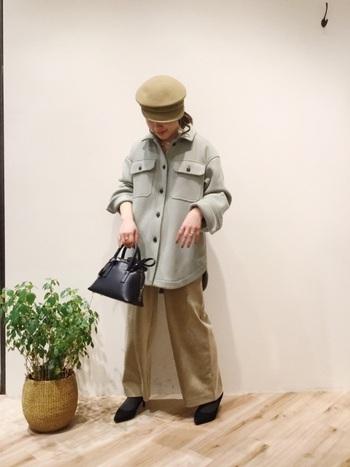 トレンドのコーデュロイ生地のワイドパンツは、厚手のシャツジャケットとのバランスが取りやすいボトムス。かっちりとしたショルダーバッグを合わせて、大人カジュアルな着こなしに。