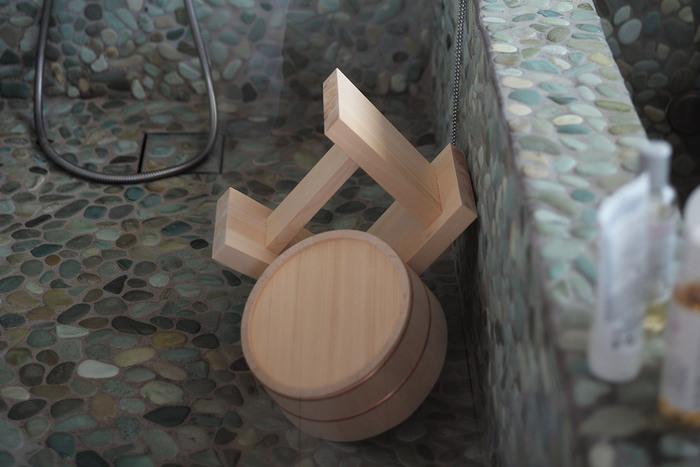 「東屋」の風呂セットはヒノキの香りだけではなく、ヒノキの木肌を目で楽しめるように塗装を行っていません。細かいところまでこだわって作られた湯桶や椅子は長く使いたくなる魅力があります。