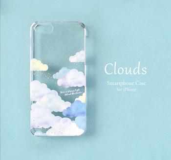 パステルカラーの雲と、流れるゴールドが大人可愛いケースです。透明感があり、ブルーやホワイトのスマホに映えそうですね!プラス料金で好きな文字を入れられます。