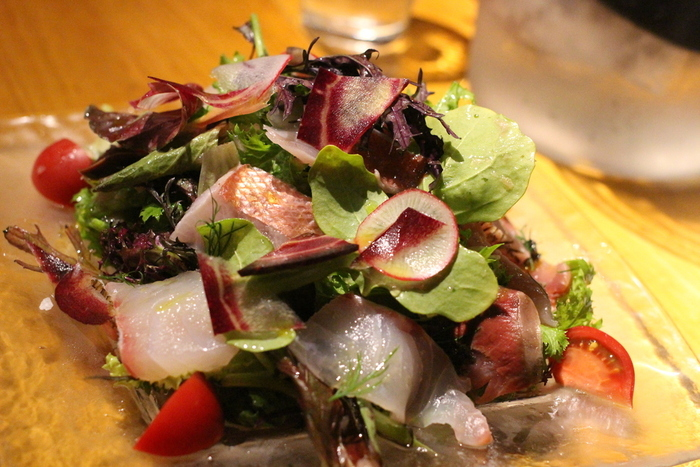 仕入れには力を入れており、野菜や魚介など、地元鎌倉や湘南の食材を活かした前菜やパスタも見逃せません。こちらは鮮度も魅力の「本日の地魚のカルパッチョ」。一皿のボリュームもたっぷりなので、シェアして食べるのも楽しそうですね。