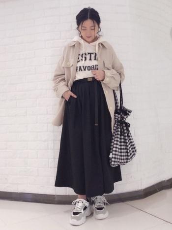 フレアシルエットのカラースカートを合わせれば、ちょうどいいフェミニンさが。パーカーのフードを出したレイヤードスタイルで、メリハリのある着こなしを。