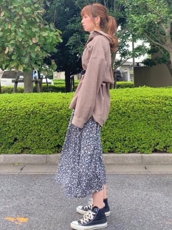 柔らかなフラワープリントのフレアスカートは、上品で大人らしい着こなしを作ります。ウエスト部分をベルトマークして、ふんわりとしたシルエットにアクセントを。