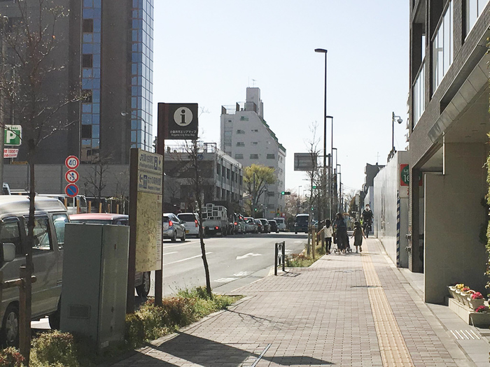 再開発によって駅周辺がきれいなだけでなく、歩道が広いのでベビーカーでのお出かけもラクラク。北側は閑静な住宅街で、治安も安心です。