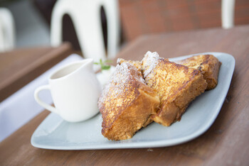 ブリオッシュフレンチトーストは、甘さも適宜で卵液もよく染みていて美味しいと評判。焼き目もカリッとして、フレンチトーストファンなら見逃せないルックスです。