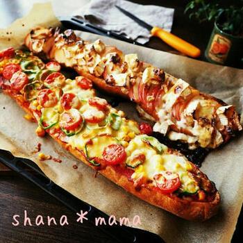 バゲットを横にスライスすれば、まるごと豪快なパンピザができます。こちらは、ミックスピザとカマンベールはちみつりんごピザ。トースターなら、半分の長さにカットして焼きましょう。