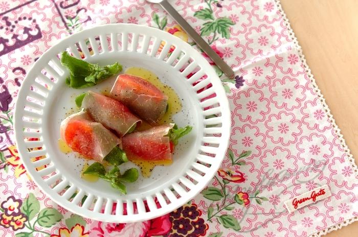アイスプラントは、そのままサラダにするのもいいですが、こんなふうに生ハムで巻いてひと工夫アレンジを加えるのもおすすめ。おしゃれな前菜にアップグレードします。
