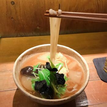 【葛とじうどん】 お店の葛とじうどんは、昆布・椎茸・野菜の旨みが凝縮した出汁を吉野葛でとじています。大根や椎茸にも出汁の旨みが染み込んでいて、まろやかで優しい味わいを楽しめます。