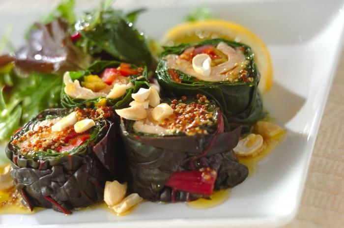 スイスチャードの葉で、サラダチキンとスイスチャードの色鮮やかな葉柄を巻くアイデア。ホームパーティーなどおもてなしの前菜にすれば、テーブルが華やぎますね。