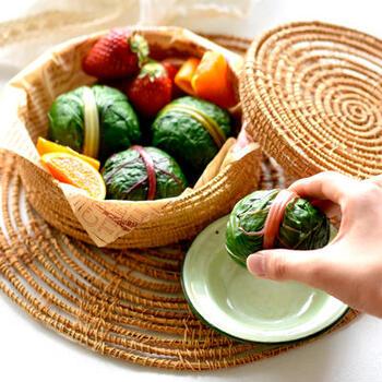 スイスチャードは葉が広いので、さっとゆでておにぎりを包むのもいいですね。いつもとはちょっと違う、カラフルでおしゃれなお弁当になりそうです。