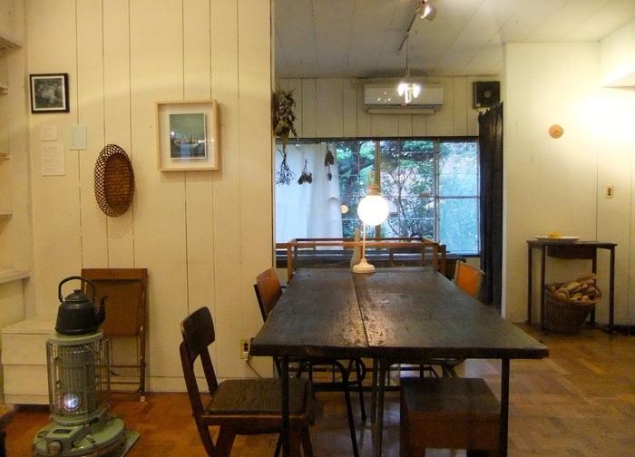 バス停から5-6分。築40年あまりの木造家屋をリノベしたカフェ。ランチメニューは、日替わり定食『イカニカごはん』(ご飯・お味噌汁・お惣菜・すり流し)『季節野菜とひき肉のカレーライス・サラダ付き』『すり流しと黒糖カンパーニュのセット』など。