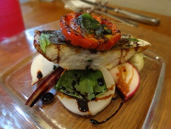 こちらは、本日のお魚料理。小坪漁港から仕入れた新鮮な魚と旬にこだわった鎌倉野菜が味わえる豪華な一品です。