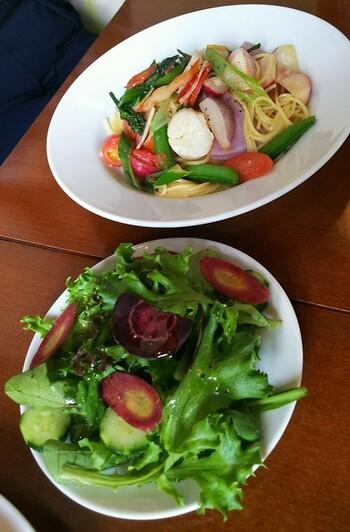 【パスタセット】 鎌倉野菜のランチプレートと人気を二分するのが、パスタセット。選べるパスタ・サラダ・ドリンクがセットになっています。こちらは「ホタテと鎌倉野菜のアーリオ・オーリオ」。サラダと一緒に、旬の鎌倉野菜をたっぷりといただけます。