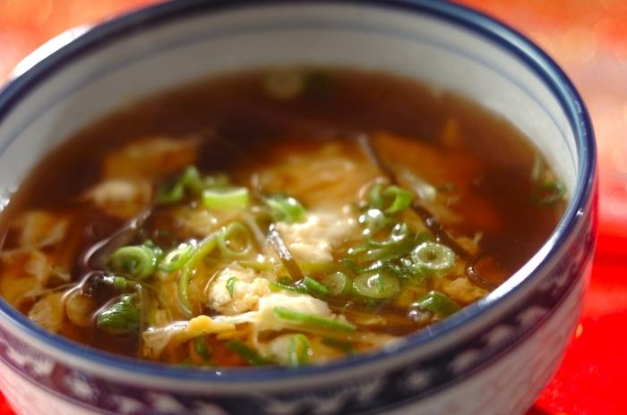 塩昆布の旨味がきいたスープにふんわりとした溶き卵が美味しい、シンプルな材料で作れる簡単スープ。こちらのスープもお家にある材料で手早く作れて便利。