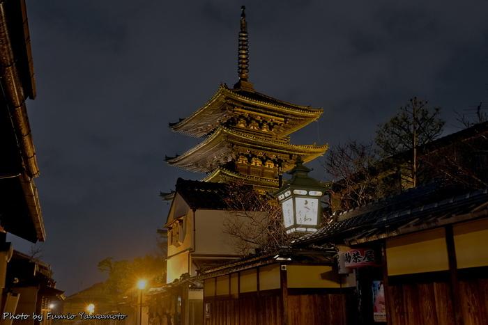 東山花灯路とは、由緒ある寺社仏閣が林立しており、和の佇まいをした歴史的情緒あふれる町並みが現存していいる京都東山地区で平成15年から開催されているライトアップイベントです。