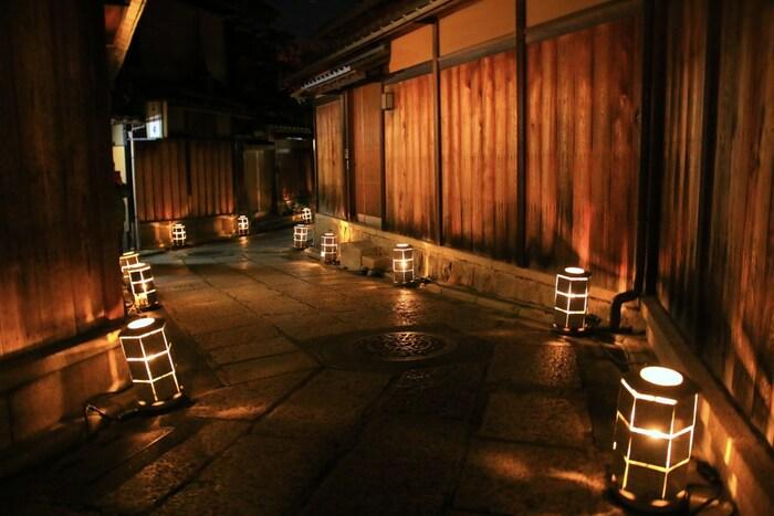 東山花灯路では、京都市に本社を置く株式会社ロームが主催する、路地燈篭の灯りをはじめ、様々なライトアップが施され、風情ある歴史的建造物が軒を連ねる東山の夜に彩りを与えています。
