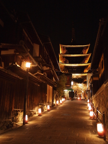 清水坂は、京都東山観光におけるハイライトでもあり「清水の舞台」でおなじみの清水寺へと続く参道となっている坂道です。ここにも無数の路地燈篭が置かれており、歴史的情緒あふれる道をやさしく照らしています。