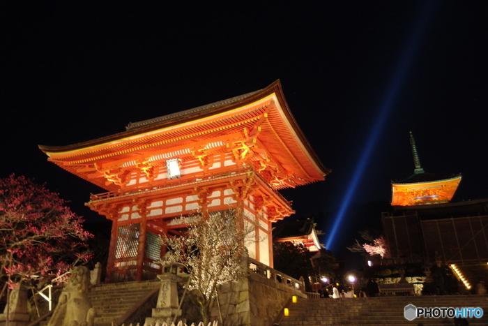 清水寺は、778年に創建された北法相宗の仏教寺院で、世界遺産に登録されています。光を浴びて輝く清水寺の寺院建築物は壮麗で、昼間とは異なる表情を見せてくれます。