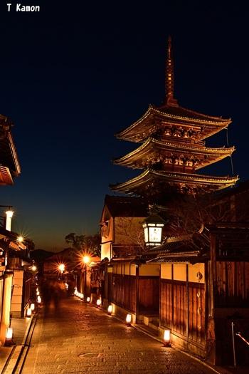 東山におけるシンボルの一つでもある街中にそびえ立つ「八坂の塔」は、清水寺近くに位置する法観寺にある五重塔です。ライトアップされて世闇に浮かび上がる八坂の塔、石畳の道を照らす路地燈篭の灯りが見事に調和した風景は、東山花灯路の象徴ともいえる風景です。