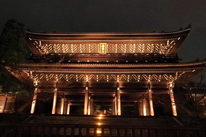 知恩院は、1175年に浄土宗の開祖者、法然上人によって創建された浄土宗の総本山です。国宝に指定されている荘厳な三門は、光を浴びて世闇に浮かび上がり、日中とは異なる威風堂々たる佇まいをしています。