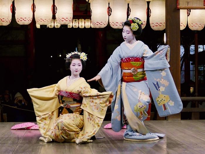 八坂神社境内の舞殿では、東山花灯路の奉納舞が行われているときもあります。舞子さん、芸妓さんが魅せる艶やかな奉納舞に魅了されてみてはいかがでしょうか。