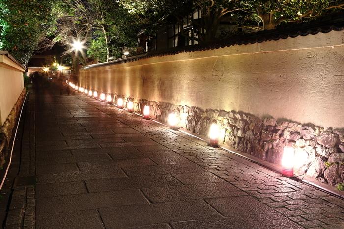 円山公園と高台寺を結ぶ「ねねの道」は石畳が敷かれた小路に白い土塀が続く京都らしい風情ある場所です。日中は大勢の観光客で賑わうねねの道ですが、東山花灯路が開催される夜になると、異なる表情を見せてくれます。路地燈篭が放つやさしい灯りと、光を浴びて輝く石畳、土塀が融和した景色はどこを切り取っても絵になります。
