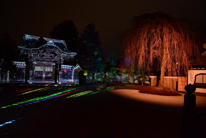 高台寺は、天下統一を成し遂げた豊臣秀吉の正室、ねねが夫秀吉の死後、その菩提を弔うために建立した仏教寺院です。東山花灯路期間になると、境内はライトアップが施され、風情ある寺院境内に彩を与えています。