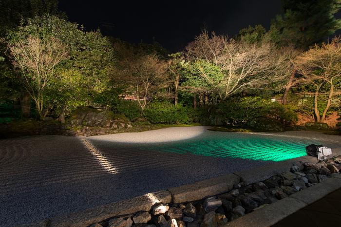 圓徳院は、高台寺の塔頭で、豊臣秀吉の正室、ねねが晩年の19年間を過ごした仏教寺院です。美しい境内の寺院庭園は、ライトアップされ、日中とは異なる趣を見せてくれます。