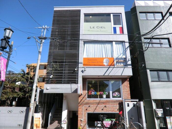 """南口から富士見通りを徒歩5分。国立で特別な時間を過ごしたいなら「Le Ciel(ルシエル)」へ。""""ノーボーダー""""をコンセプトに、和やイタリアンのテイストを加えつつ、自由な発想で創作されたフレンチを楽しめる隠れ家レストランです。"""