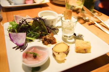 ランチメニューは、A・B・Cの3種類。Aランチは、前菜とパスタorピッツァがセットになっています。BランチはAランチに加えて、デザートとドリンクがセットに。CランチはBランチに加えて、お魚orお肉のメイン料理を選べる仕組みです。