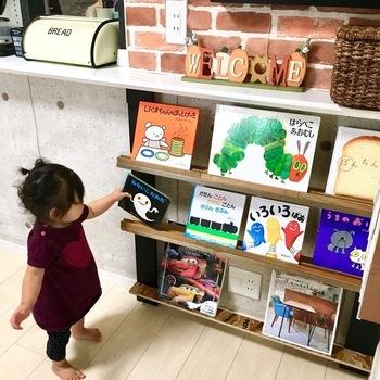 アイディア次第で、本棚をDIYすることも可能です。こちらは、リビングカウンター下にを利用した、カフェのようにディスプレイできる本棚。お子様の身長にもよく合っていて、スペースを上手に利用しています。