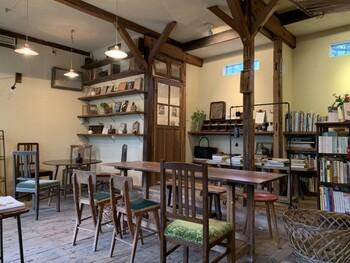 店内は、古民家の良さをいかしたレトロな雰囲気。おしゃれな照明やインテリアが加えられ、レトロモダンな雰囲気を醸し出しています。カウンター・ひとり用の机・テーブルなどが設けられ、ひとりでもグループでも過ごしやすい雰囲気です。
