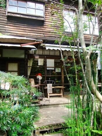 お店の建物は、昭和初期の古民家を改装したのだそう。細い竹が生い茂る小庭を進むと、風情のある建物が現れます。周囲は樹木に囲まれ、心地よく響きわたる虫たちの鳴き声などを楽しめます。