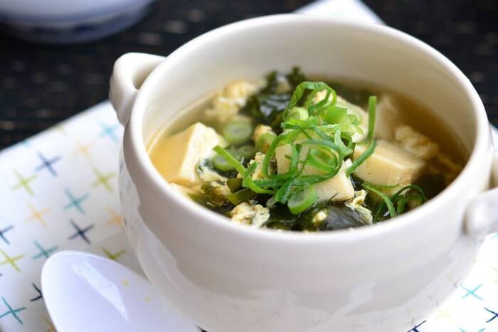 """「創味シャンタン」も中華スープの素です。丁寧にアクをとった高級スープのことを、""""シャンタン(上湯)""""というのだそう。50年以上親しまれている製品です。こちらは、ワカメや高野豆腐も入ったスープ。スープが染み込んだ高野豆腐もおいしさのポイントです。仕上げにごま油を加えて♪"""