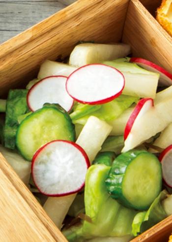 キャベツ、大根、きゅうり、ラディッシュを、塩昆布、レモンの搾り汁、昆布茶で和えた、あっさり味の野菜をたっぷりとれるサラダ。彩りも良いのでお弁当に入れても◎。