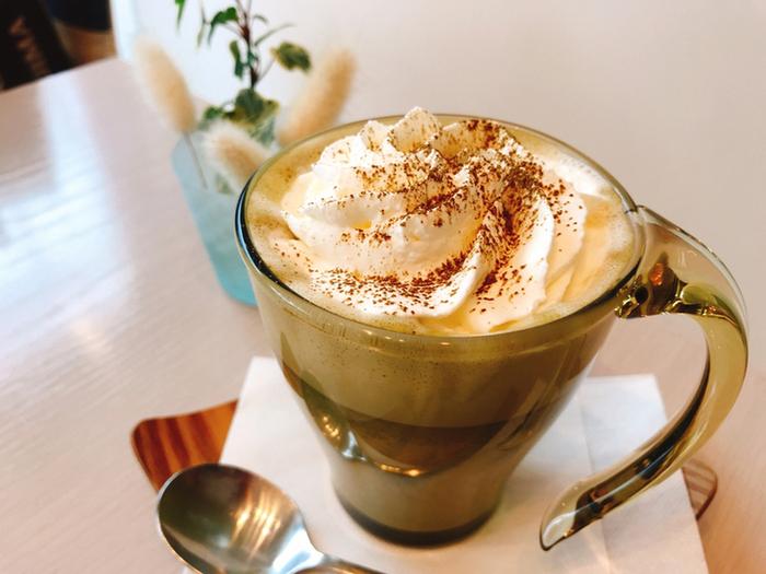 こちらが宇治のほうじ茶を使用したほうじ茶ラテです。ホイップ添えも選べて、よりまろやかな味わいが楽しめます。sghrのグラスと一緒だと、さらに素敵な時間が過ごせそうですね*