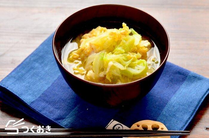 味噌汁に卵を入れて、卵スープにしちゃうのも◎ こちらは、キャベツと鶏のささみを使ったボリューミなスープ。和風だしの素と味噌で味付けをします。味噌は卵を入れた後に加えるのがコツ。優しい味わいで、子供にもおすすめ♪