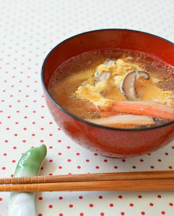 こちらの卵スープには中華だしを使いますが、醤油を効かせた味わいなので和食にも合わせやすいレシピ♪とろみを付けないので、さらさらした卵スープが楽しめるでしょう。カニカマやしいたけ、豆腐が入っています。