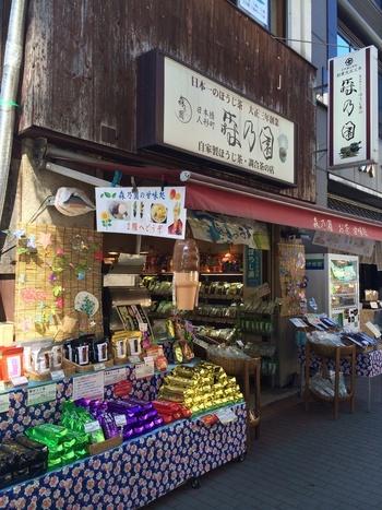 人形町駅からすぐのところにある「森乃園」は、大正3年創業の老舗ほうじ茶専門店です。1階でお茶の販売がされていて、2階が甘味処のスペースになっています。