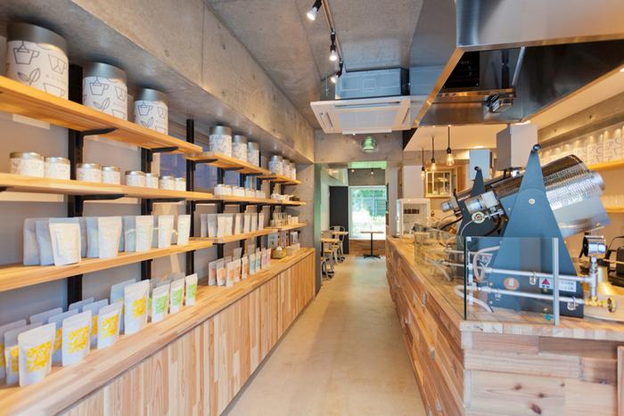 """""""ほうじ茶が主役""""というこちらのお店。店頭で自家焙煎しており、お店に入った瞬間からお茶の香りに包まれます。焙煎の度合いの違う3種のほうじ茶『LIGHT』『MEDIUM』『DEEP』を飲み比べられるセットメニューもあり、お茶好きにはたまらない場所なんです*"""