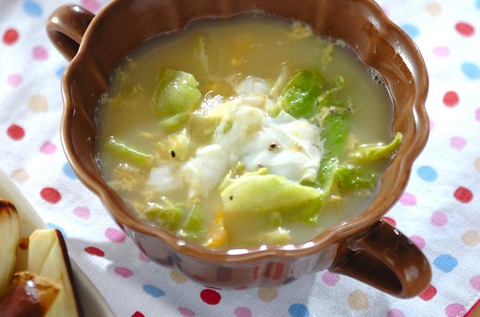 寒い日はサラダの代わりに、レタスをスープに使うのも良いでしょう。チキンスープの素にあらびき黒こしょうでアクセントを加えて、砂糖や塩で味を調えたスープにレタスを入れます。レタスがしんなりしたところに卵を入れて、ふんわりしたら完成♪