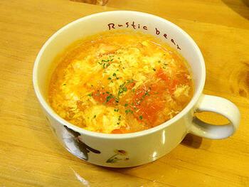 こちらの卵スープは、玉ねぎとトマトがメイン。フレッシュトマトを使い、直接炒めて作ります。味付けはコンソメに塩こしょうだけで、トマトも皮を剥かないのでとっても簡単。少し時間を置くとよりおいしくなるのだそう♪