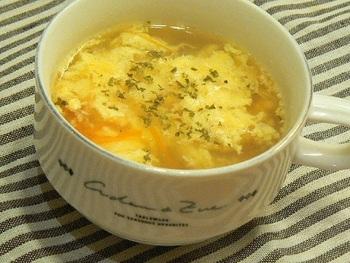 こちらはイタリアンな卵スープのレシピ。ランチのパスタに添えるのも良いですね♪具材は玉ねぎと人参です。卵に粉チーズを混ぜてから、スープに入れるのがコツ。ハーブミックスとコショウをスープに加えた上で、仕上げにもドライバジルを振る、ハーブたっぷりな卵スープです。